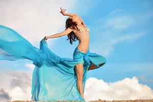 Фотографии фотосессия девушек на природе на пляже на закате летом на Дзержинском карьере позы идеи арт художественная танец