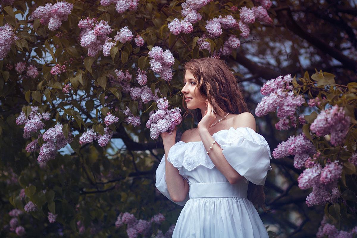 Фотографии фотосессия девушек на природе на закате в Сиреневом саду весной цветение сирени позы