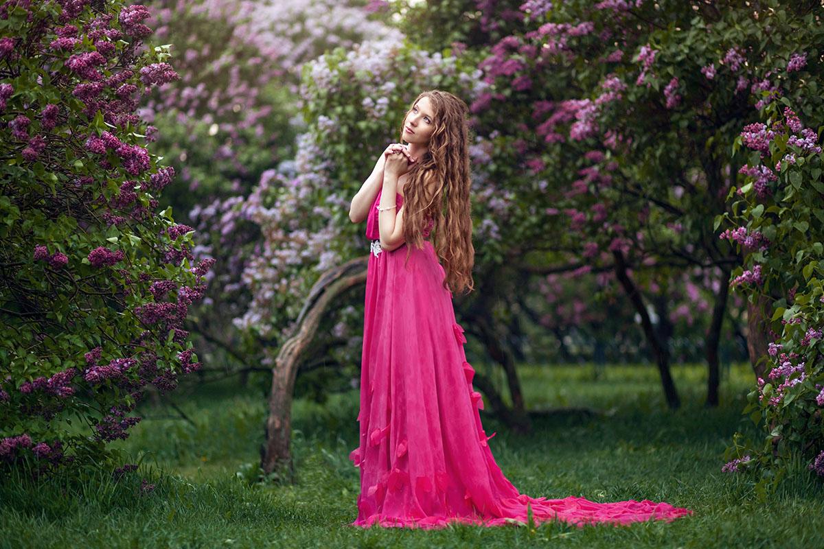 Фотографии фотосессия девушек на природе на закате в Сиреневом саду весной цветение сирени позы портрет