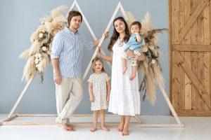 Семейная фотосессия в студии Параматма в Москве с детьми фотографии образы для семейной фотосессии семейные луки детский семейный фотограф
