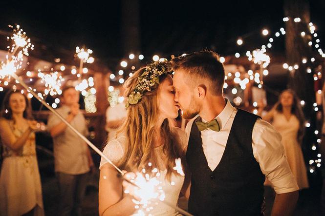 Свадебная атрибутика для вечерней фотосессии возле ресторана