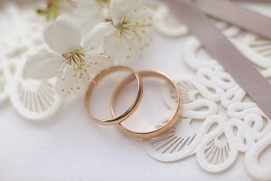 Фото свадебные кольца молодожен лав стори в Коломенском весной цветение вишни свадебное love story