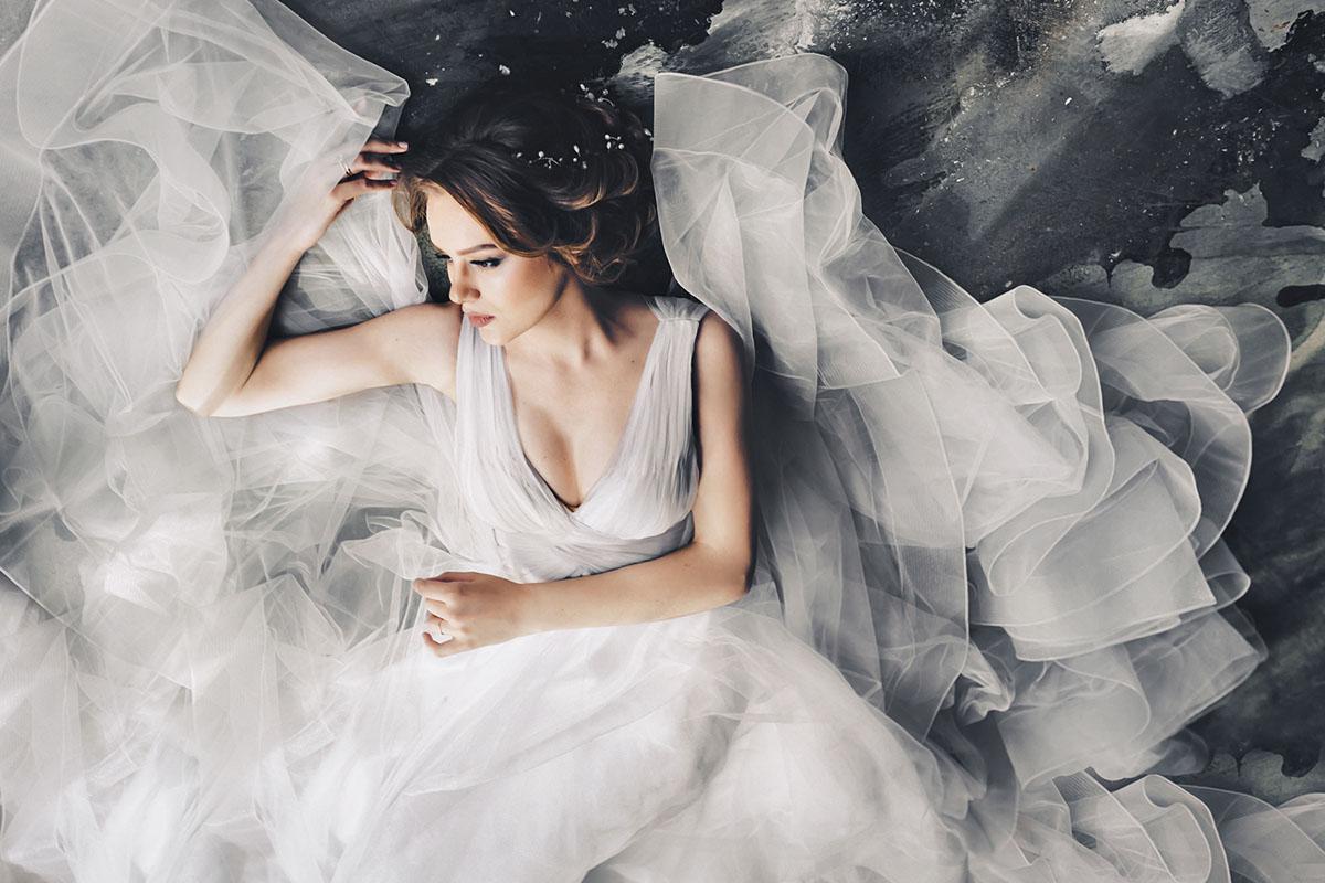 Свадебная фотосессия в студии утро невесты в студии The Museum Studio фотограф на свадьбу красивые стильные фотосессии невесты