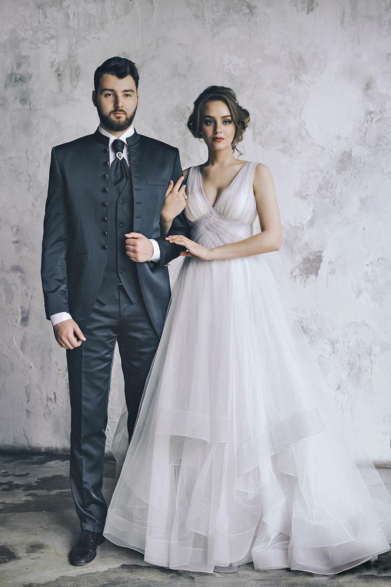 свадебные позы свадебная фотосессия в студии фото жениха и невесты The Museum Studio фотограф на свадьбу самые красивые стильные фотосессии молодожен портфолио свадебного фотографа