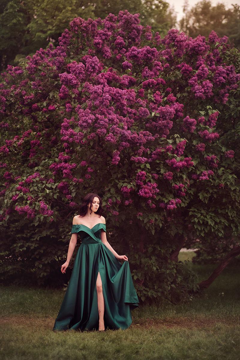 фотосессия в цветущих садах Фотографии фотосессия девушек на природе на закате в Сиреневом саду весной цветение сирени позы портрет
